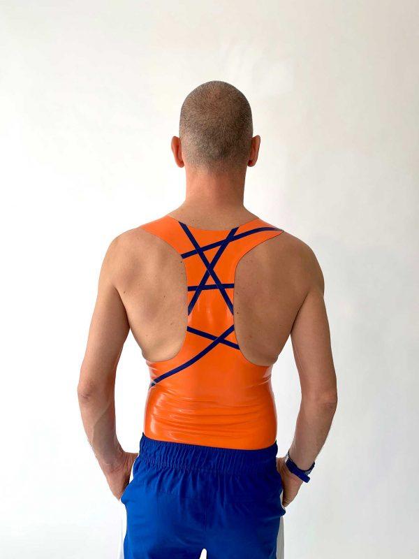 Latex clubbing Tanktop in orange, slim fit, tiefer Ausschnitt, blaue Streifen und Logo