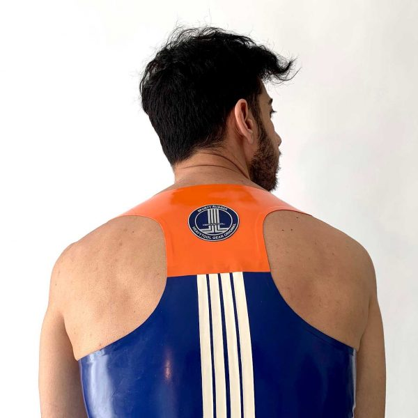 Latex Biker Tanktop in blau, slim fit, tiefer Ausschnitt, orange Details und Logo in weiß, Premium Kollektion