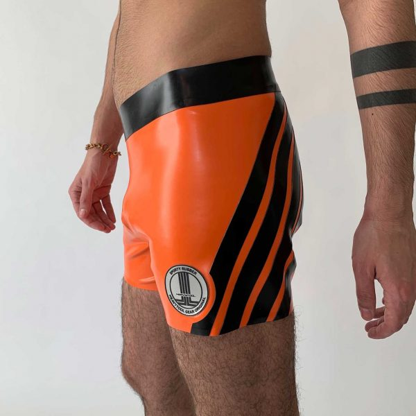 Latex Biker Hot Pants in orange, schwarze Streifen und silbriges Logo