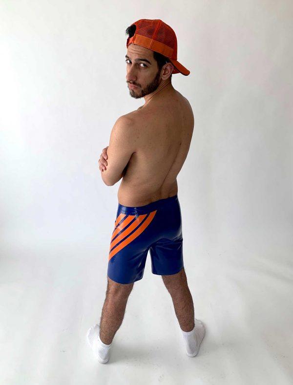 Latex Skater Hose in blau ,weit geschnitten am Bein, mit orangen Streifen und weißem Logo