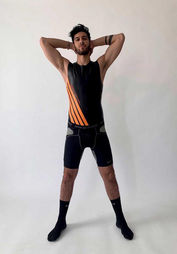 Latex Sleeveless in matt schwarz, slim fit, orangene Streifen und Details