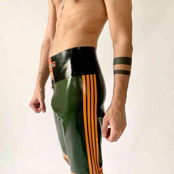 Rubber, Latex Boxer Hose, eng anliegend. Hoher schwarzer Bund. Oliv mit orangenen Streifen. Premium Kollektion für Kerle, Jungs, Herren