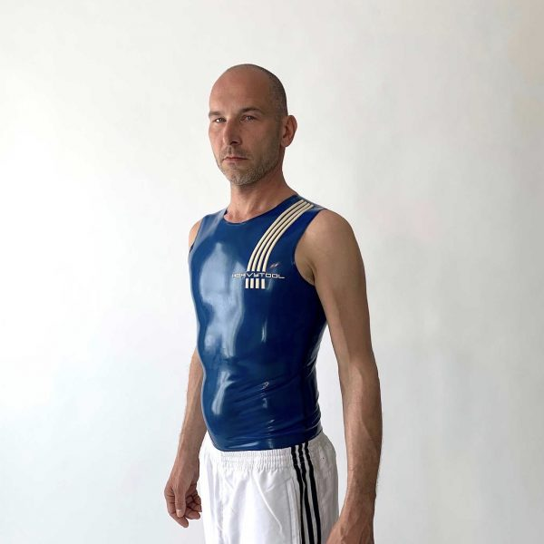Rubber, Latex Sleeveless in transparent blau, slim fit, weißes Logo. Herren, Jungs, Kerle, slim fit geschnitten