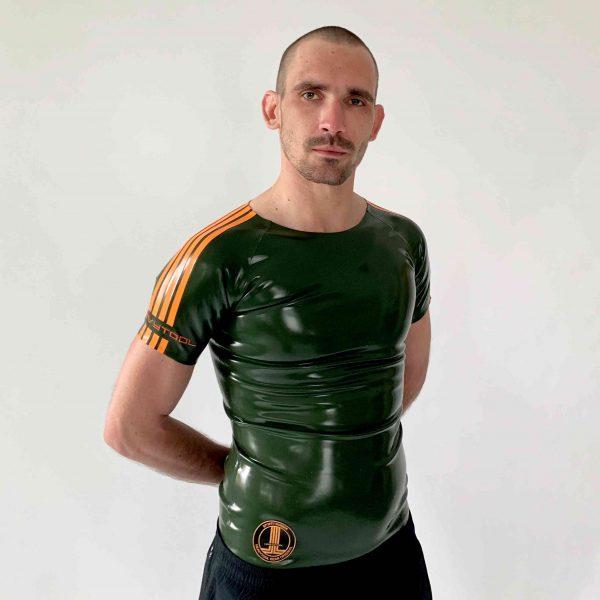 Latex Rubber Raglan Shirt in Oliv mit orangen Streifen und Logo. Slimfit geschnitten für Herren, Kerle, Jungs
