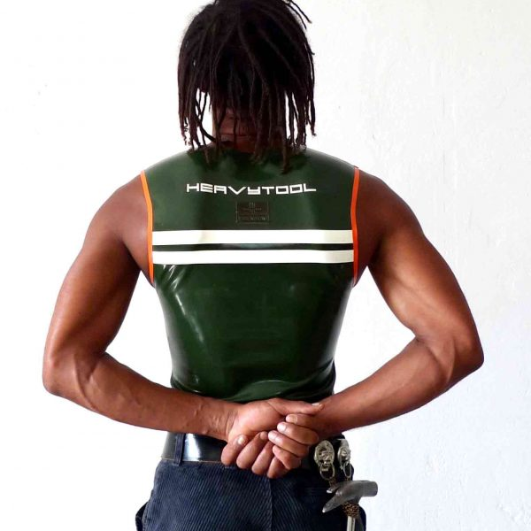 Rubber, Latex Sleeveless in Oliv, enger Schnitt, transparentes Logo, orangener Saum, weiße Streifen, Arbeiter, Tischler, Zimmermann. Herren, Jungs, Kerle, Boys, maskulin