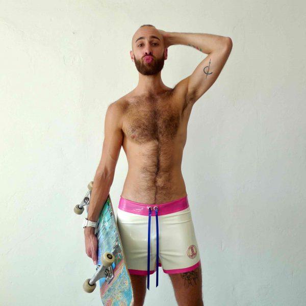 Rubber Latex locker geschnittene skater hose, badehose, hotpants in weiß, mit Bund in Pink und Kordel in blau, sportlich für Kerle Jungs und Männer, queer, gay, gym