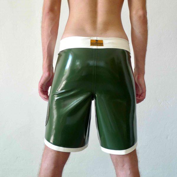 Rubber Latex locker und weit geschnittene skater hose in oliv, mit Bund und Kordel, sportlich für Kerle Jungs und Männer, queer, gay, gym