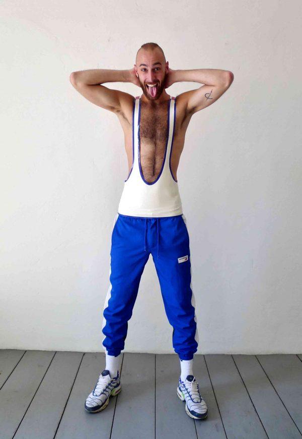 Rubber Latex super knappes, kurzes tanktop in pink weiß blau slim fit geschnitten, mit blauen Streifen, sportlich für Kerle Jungs und Männer, queer, gay