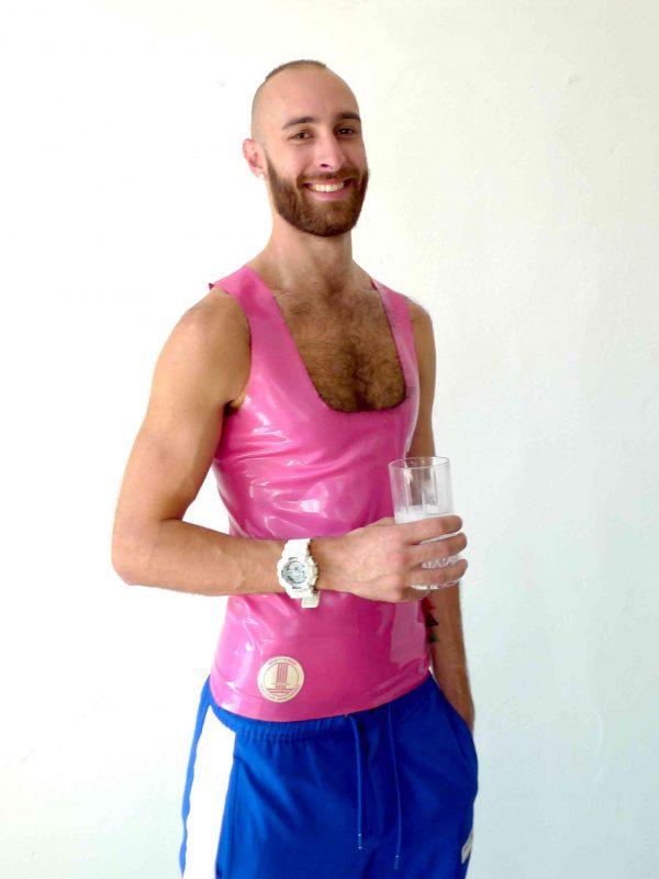 Rubber Latex tanktop in pink slim fit geschnitten, mit weißen Details und blauen Streifen, sportlich für Kerle Jungs und Männer