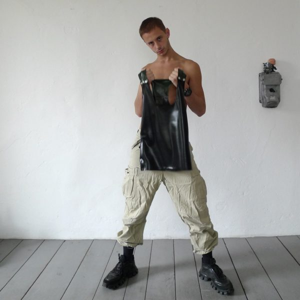 rubber-latex-sleeveless-berlin-fetisch-fetish-schwarz-black-oliv-mann-männer-herren-man-men-tanktop-sport-sporty-heavytool