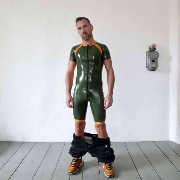 rubber-latex-surfsuit-berlin-fetisch-fetish-mann-männer-herren-man-men-onepice-sport-sporty-heavytool-oliv-