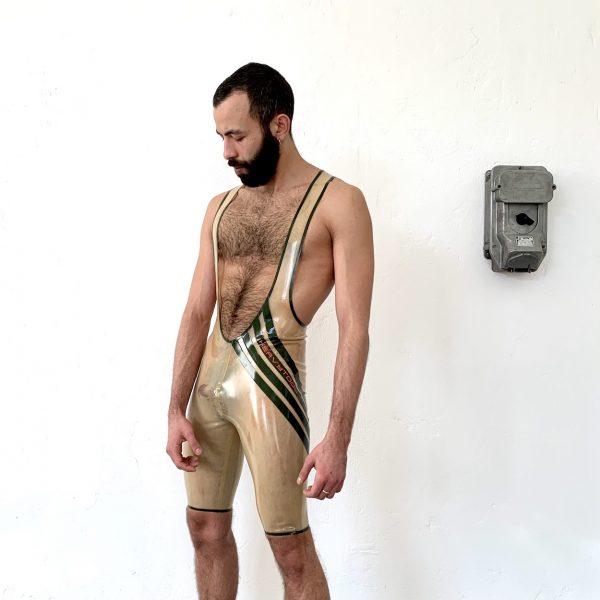 Rubber Latex Wrestler Body in transparent, mit oliv Streifen und oranger Logoschrift, sportlich slim fit geschnitten für Männer, Kerle & Jungs