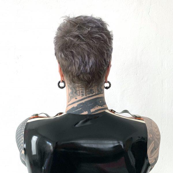Sportlicher Rubber Latex Fetisch Sleeveless in Schwarz mit orang weissen Streifen und Epauletten in Oliv. Folsom Klub Gear für Kerle Männer, Gays & Queers