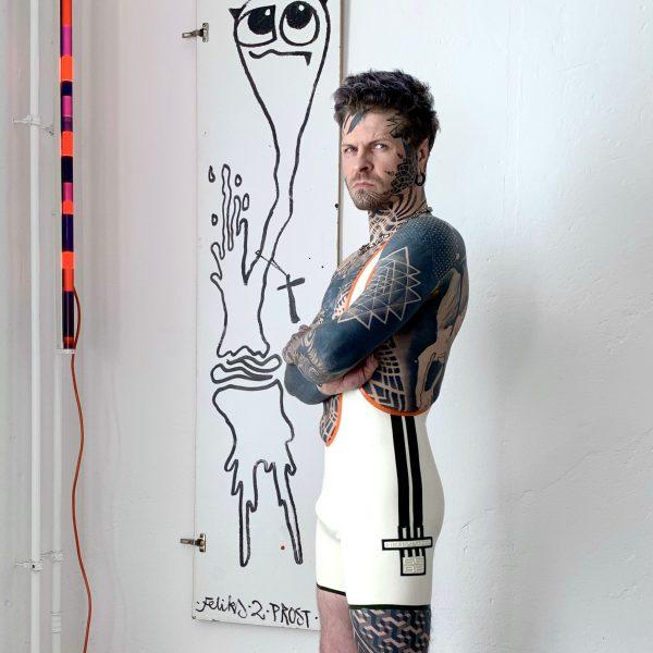 Sportlicher Rubber Latex Fetisch Wrestlerbody in Weiß - Oliv mit Streifen. Folsom Klub Gear für Kerle Männer, Gays & Queers
