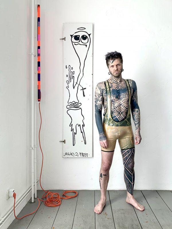Sportlicher Rubber Latex Fetisch Wrestlerbody in Transparent mit transparenten Streifen. Folsom Klub Gear für Kerle Männer, Gays & Queers