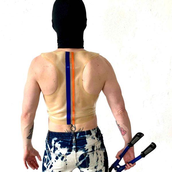 Rubber Latex Fetisch transparentes Crop Top mit Knopfleiste slim fit, mit Streifen und orangem Logo. Für Jungs, Kerle und Männer, gay, queer