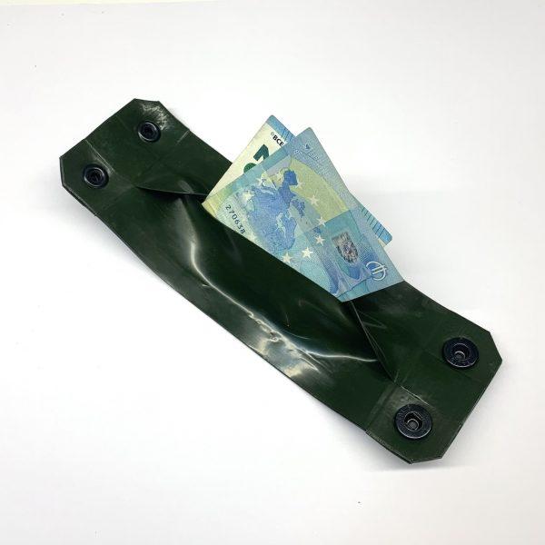 Latex Rubber Armband Geldbörse, Schwarz mit Oliv und schwarzen Knöpfen. Logo in Transparent & Weiß