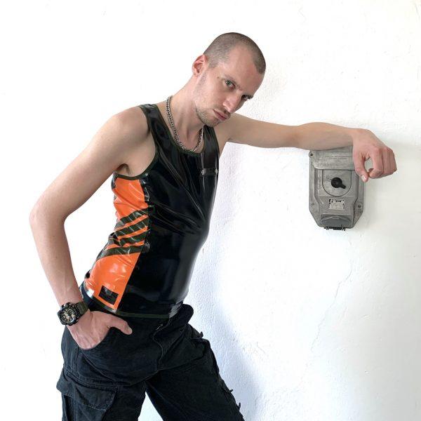 Maskulin sportliche Rubber Latex Fetisch Tanktop aus der Premium Kollektion. Military Style In Schwarz, Orange und Streifen in Oliv. Für Kerle und Männer, gay, queer
