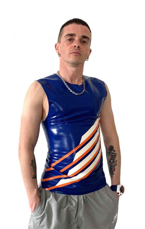 Rubber Latex Fetisch sportliches Skater und Biker Sleeveless in blau mit den vier Heavytool Streifen in weiß-orange. Für Jungs, Kerle und Männer, gay, queer