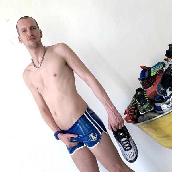 rubber-latex-herren-man-fetish-swim-trunks-badehose-shorts-hotpants-transparentblue-clubbing-heavytool-gear-berlin-sport-sporty-gay-queer-folsom-x.0