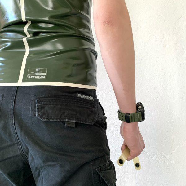 Maskulin sportliche Rubber Latex Fetisch Tanktop aus der Premium Kollektion. Military Style In Oliv / Schwarz, Saum in Orange und Heavytool Logo auf dem Rücken. Für Kerle und Männer, gay, queer