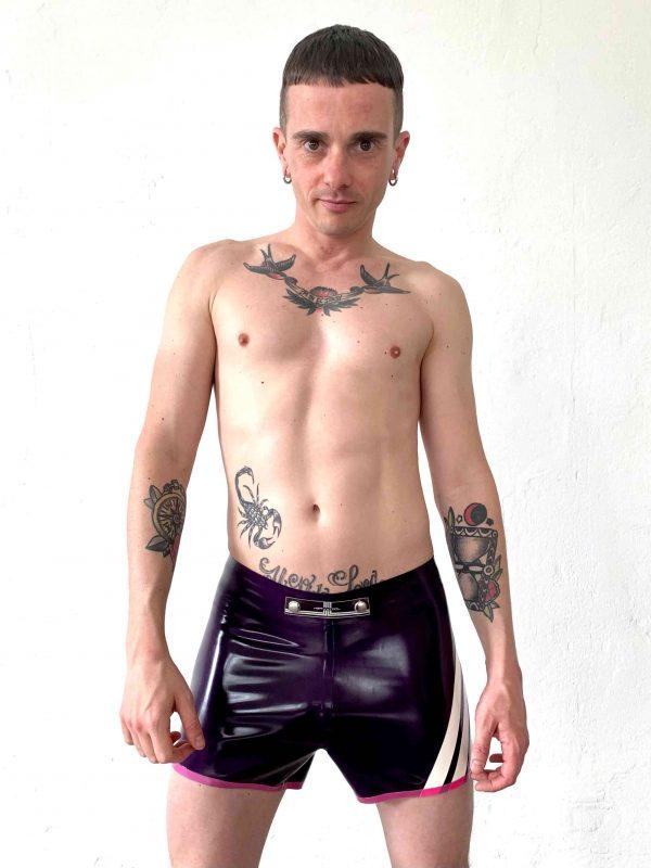 Rubber Latex Fetisch Hotpants in knalligem Violet zum feiern, clubbing für coole Jungs die diese Farbe tragen können mit den vier Heavytool Streifen in weiß und Logo. Für Kerle und Männer, gay, queer