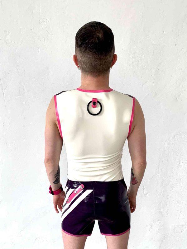 Rubber Latex Fetisch Sleeveless in knalligem Violet zum feiern, clubbing für coole Jungs die diese Farbe tragen können mit sportlich weißen Streifen und Logo. Für Kerle und Männer, gay, queer