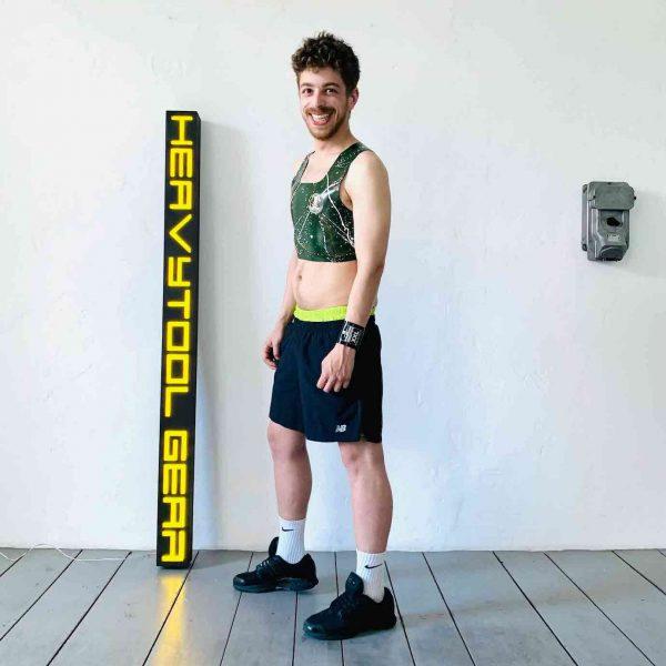 Latex Rubber CropTop, domestos Style. Oliv mit weiß orangen Klecksen und Logo. Für Queers, Gay Boys, Kerle, Jungs, Männer, Folsom Fetish.