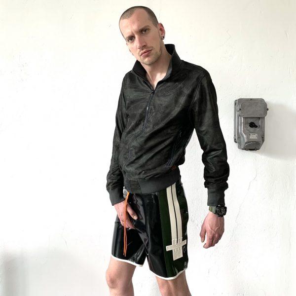 Latex Rubber Fetisch Fashion, Schnellficker Hose mit Knopfleisten in Schwarz Oliv mit Kordel Bund. Weiße Streifen & Logo. Premium Kollektion Heavytool Gear, handgearbeitet in Berlin