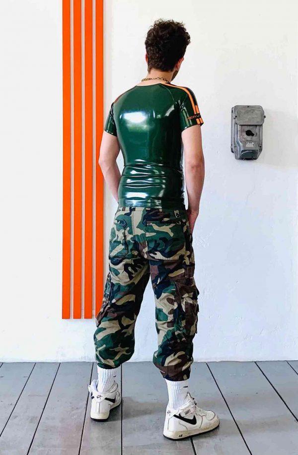 Latex Rubber Raglan Shirt. Oliv mit Orangen Schulterstreifen und Logo. Für Queers, Gay Boys, Kerle, Jungs, Männer, Folsom Fetish.