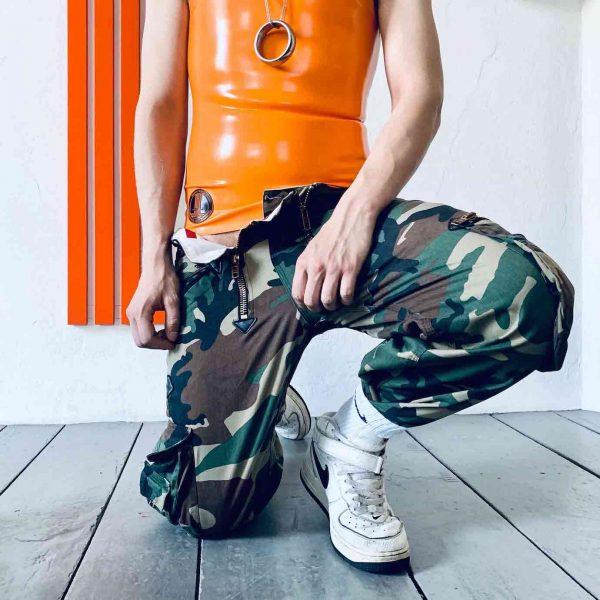 Sporty Latex Rubber Sleeveless. Orangen mit Transparentem Ausschnitt auf dem Rücken und Gear-Logo. Für Queers, Gay Boys, Kerle, Jungs, Männer, Folsom Fetish.